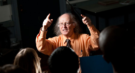 Kevin Ahern leading students in song (photo from oregonstate.edu)